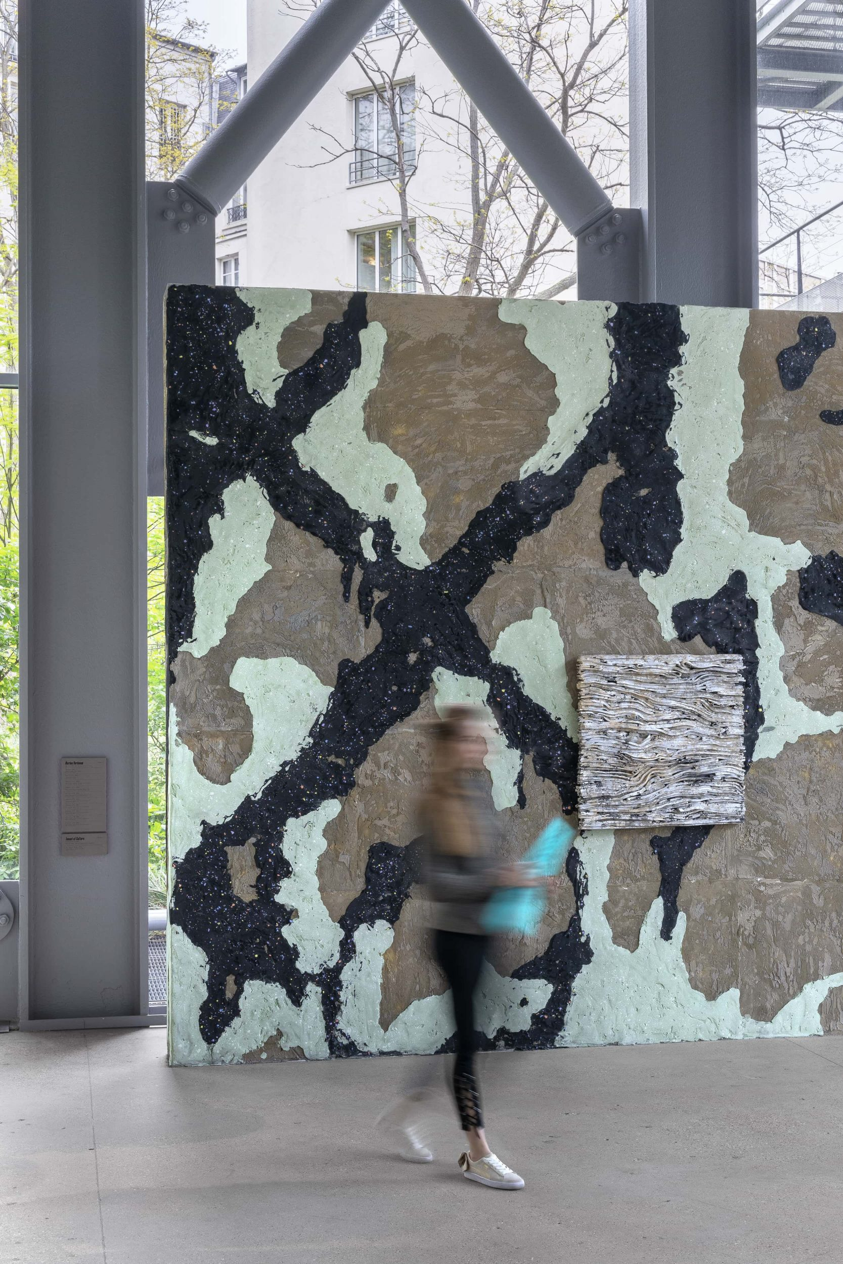 Marion Verboom : une fresque de ciment blanc pour la Fondation Cartier